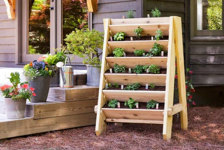 Diy :tutorial to Build a Vertical Herb Planter - garden-pallet-projects-ideas, flowers-plants-planters