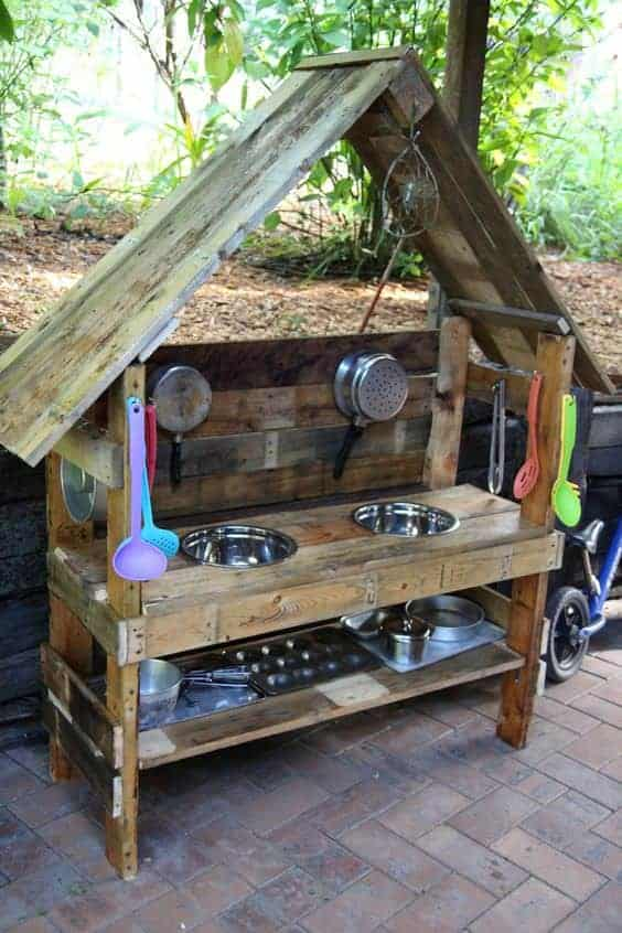 10 Fun Ideas for Outdoor Mud Kitchens for Kids - patio-outdoor-furniture, garden-pallet-projects-ideas