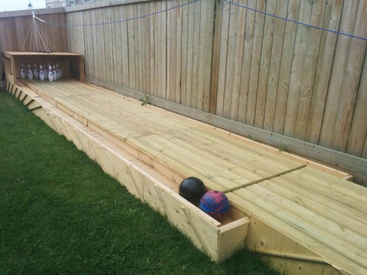 Amazing diy wood backyard bowling alley 1001 gardens for Mini putt laval exterieur