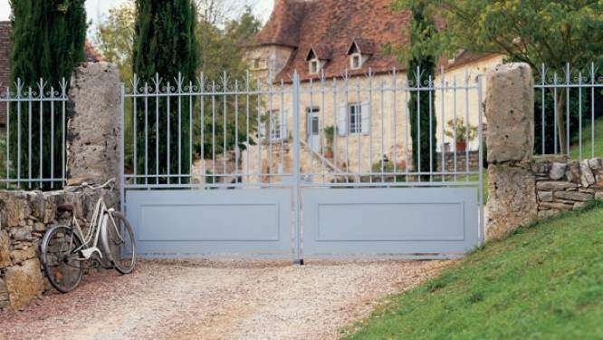 20 Inexpensive Fencing Ideas for Your Garden