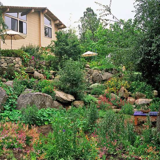 10 hillside landscaping tips ideas 1001 gardens for Hillside rock garden designs
