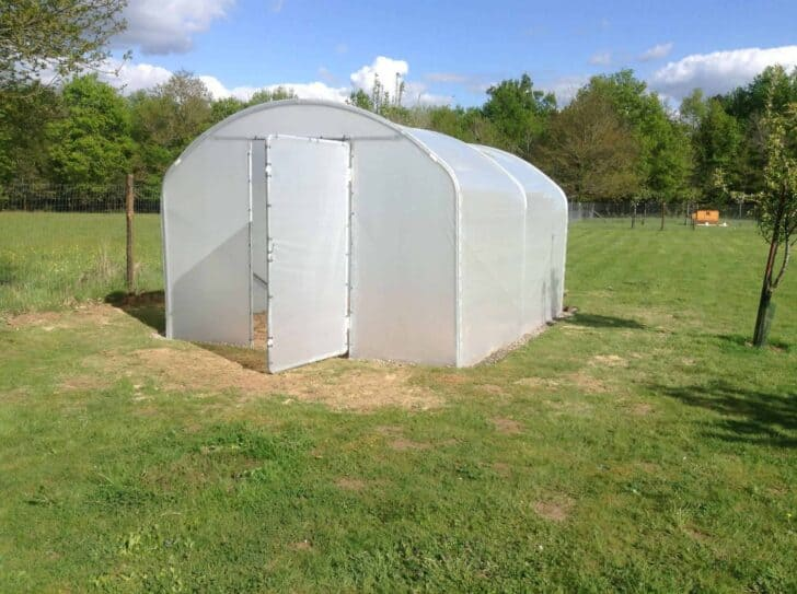Buying guide how to choose a garden greenhouse 1001 gardens - Installation serre tunnel ...