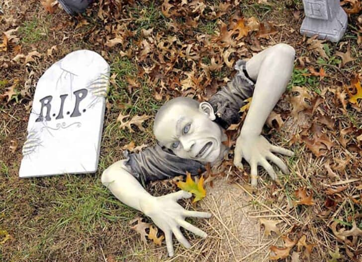 27 Best Outdoor Halloween Decorations 79 - Garden Decor